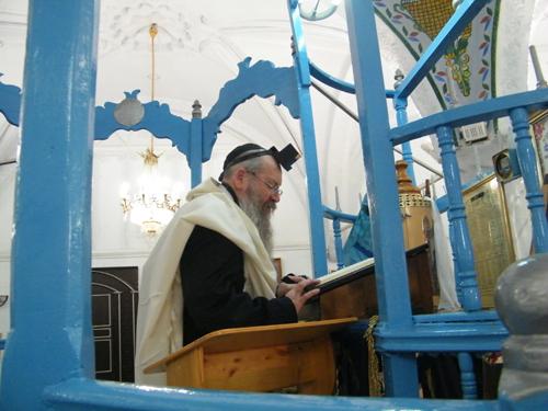 המקובל הנודע דוד בצרי בבית הכנסת