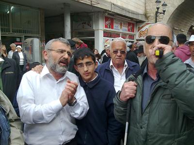 הפייטן ראובן כהן שר במדרחוב של צפת