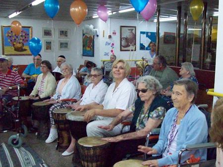 הקשישים מתופפים בהפעלה מיוחדת של העובבדת לבנה חביב