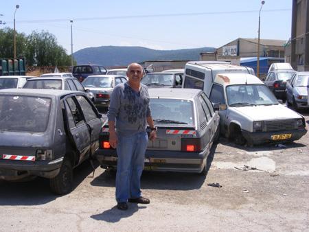 עובד העיריה סמוך למכוניות
