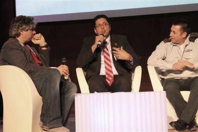 ראש העיר בפאנל עם גיא מרוז , מנחה הפאנל וסא