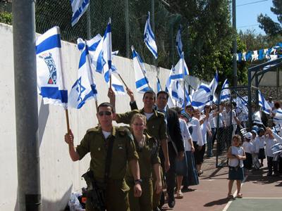 חיילים בתהלוכה עם ילדי הגנים