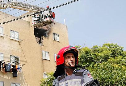 חור בבית: פגיעה ישירה בבניין בעיר צפת (צילום: ניב קלדרון)