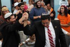 ראש העיר אילן שוחט רוקד עם הרב אייל יעקובוביץ בבית עבו