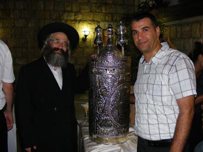 הרב קובלסקי ונדב ברכה מנכל מלון רות-רימונים צפת ליד ספר התורה.  צילום – סטודיו .A