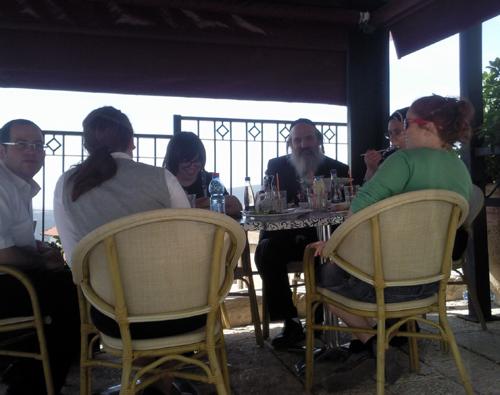 דודי זילברשלג עם משפחתו בקפה בגדד