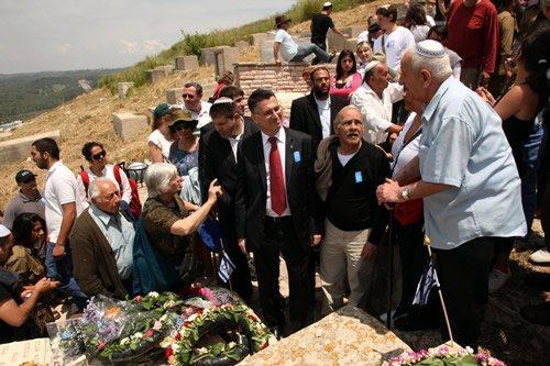בתמונה שר החנוך בחלקת עולי הגרדום בטקס ביום הזיכרון