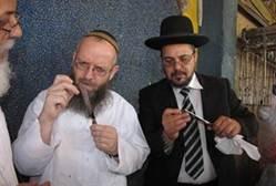 הרב עזרא שיינברג בבדיקת סכין שחיטה צילום:ניצן קידר