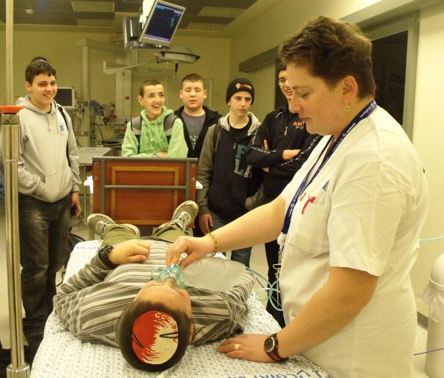 האחות לילי פרמציאנקו מדריכה תלמידים מהישיבה התיכונית במעלות בחדר הטראומה במרכז הרפואי זיו