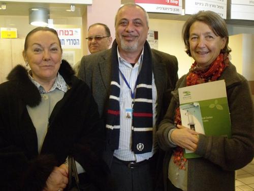 דר עאסי נימר, מנהל יחידת הכבד במרכז הרפואי זיו (במרכז) עם שגרירת בלגיה בישראל הגב' בנדיקט פרנקינט (מימין) והגב' שרה כהן מצפת, מתורמי מכשיר הפיברו-סקאן (משמאל