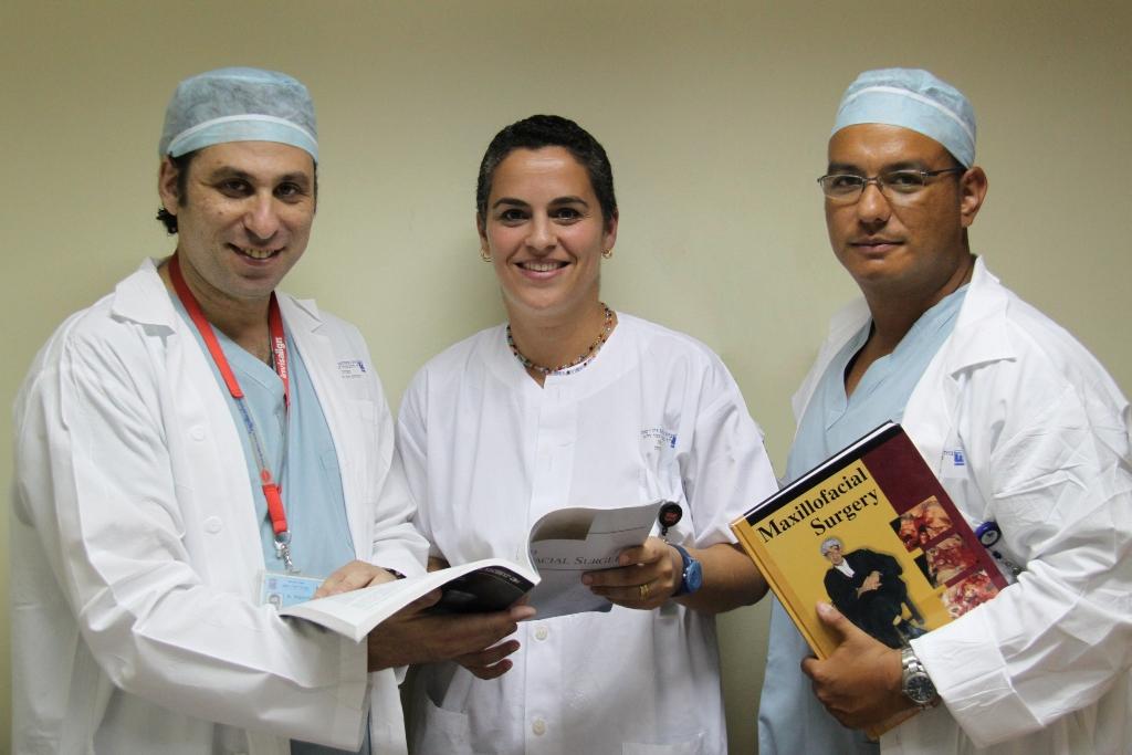 משמאל דר אלחנדרו רויזנטול מנהל היחידה לכירורגיית הפה והלסתות במרכז הרפואי זיו, דר דלית פורת בן-עמי ודר דניאל לזמס
